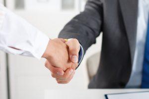 échange de poignées de mains