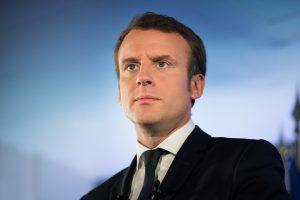 Emmanuel Macron sur un fond bleu clair