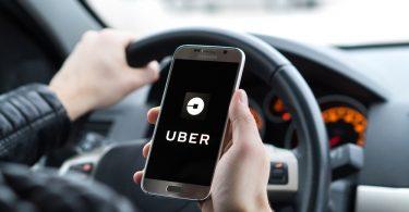 conducteur uber avec un smartphone