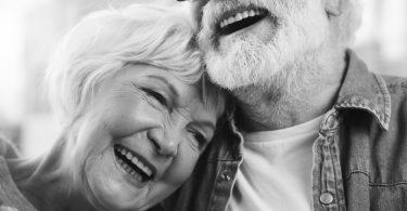 un couple retraité en noir et blanc