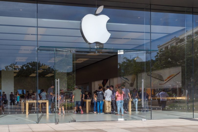 logo de Apple dans un magasin