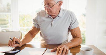un retraité dans un bureau