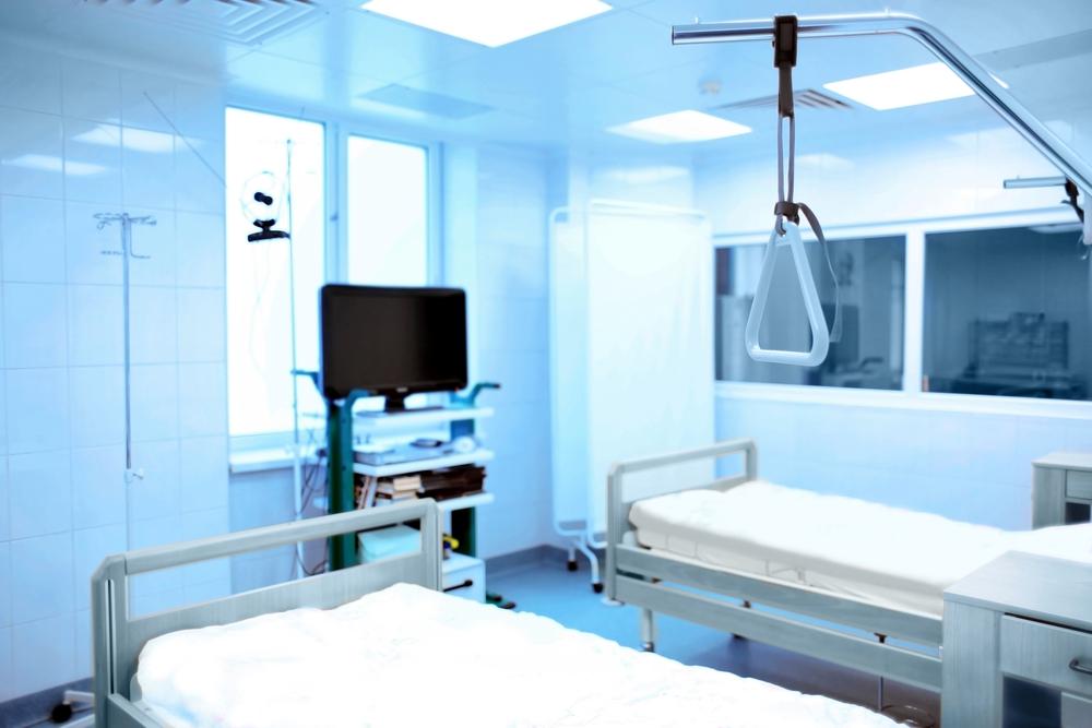 une chambre d'hôpital avec deux lits