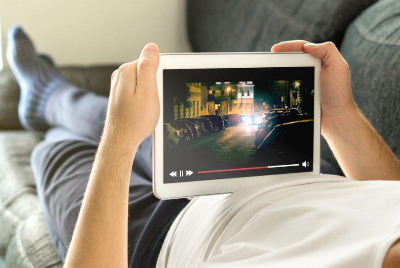 visionnage de film sur tablette