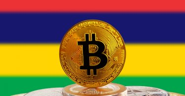 une pièce de Bitcoin avec un fonds de drapeau mauricien