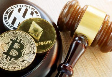 des tokens de crypto-monnaies avec un marteau de juge