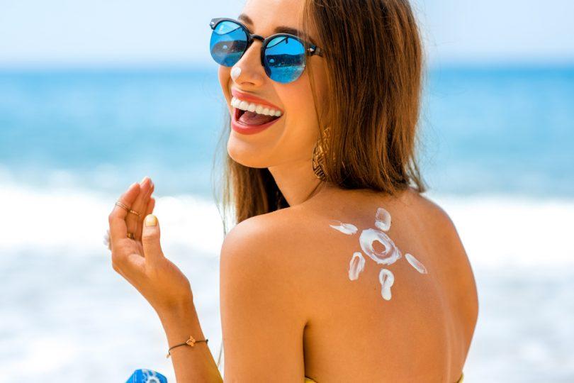 une femme avec une crème solaire