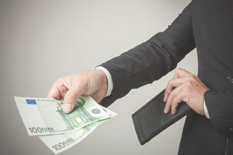 hommes d'affaires tend argent
