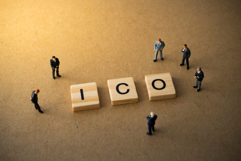 hommes qui méditent sur les investissements ICO
