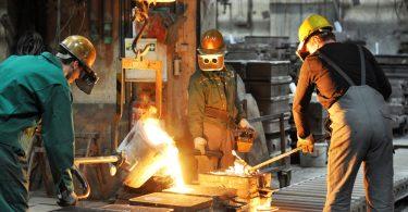 ouvriers qui travaillent dans une fonderie