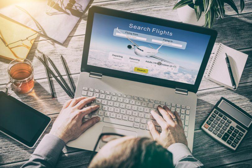réservation de vols sur ordinateur portable