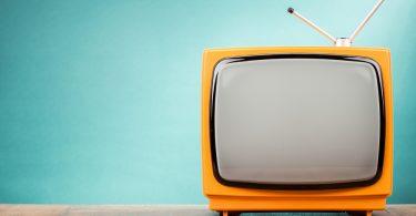 télévision sur un fonds bleu