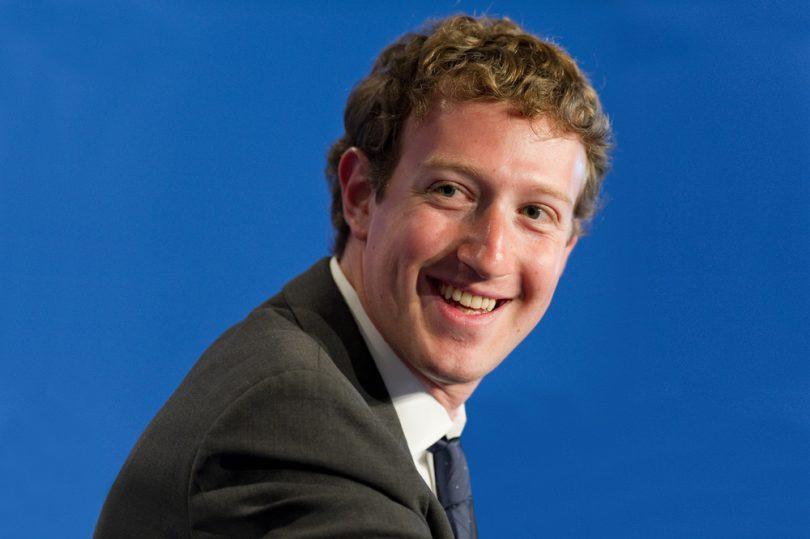 Mark Zuckerberg sur un fond bleu