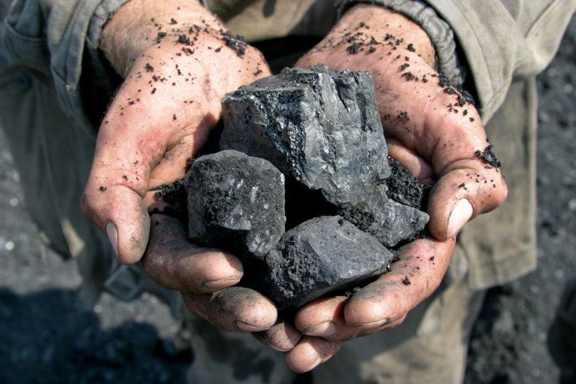 mains avec charbon