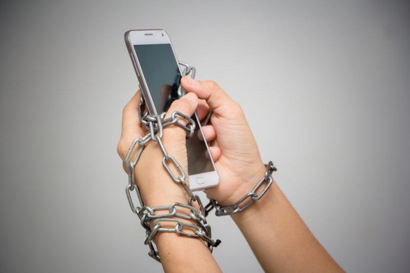 mains enchainées avec un smartphone
