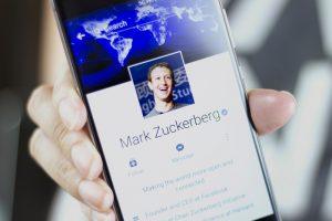Photo de Mark Zuckerberg dans un smartphone