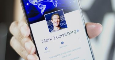 Photo de Mark Zuckerberg dans un smartphone