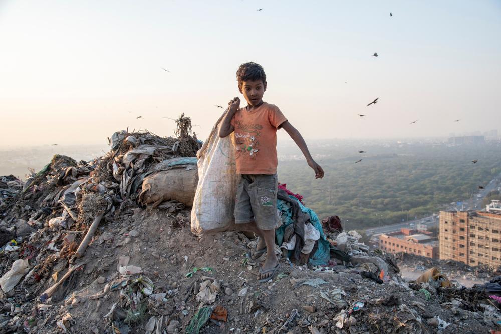 enfant indien sur une décharge